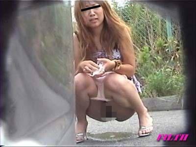 女友達の緊急野ション隠撮 間近で撮られたハズカシ野尿現場