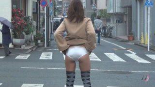 街中露出!パンツちら見せゲリラ撮り1